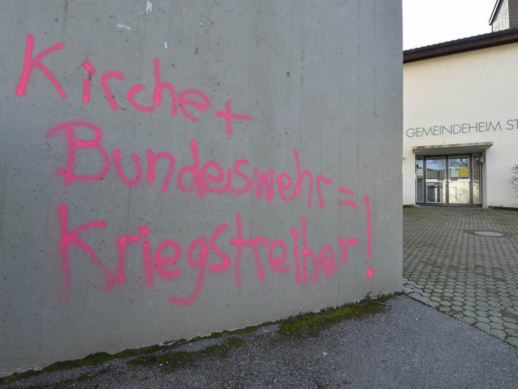 Pink auf Grau: Parolen prangen auf dem Turm, dem Gemeindeheim und der Seitenkapelle der Barbara-Kirche in Littenweiler. Foto: Michael Bamberger